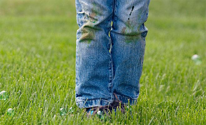 Как отстирать траву с джинсов: народные способы и лайфхаки